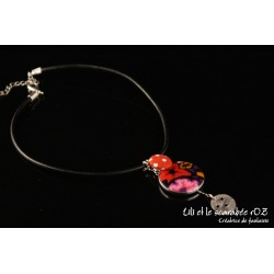 Collier médaillon rouge sur cordon cuir